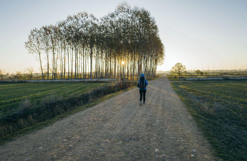 Mujer caminando por el Camino de Santiago, Hospital de Orbigo, León, España