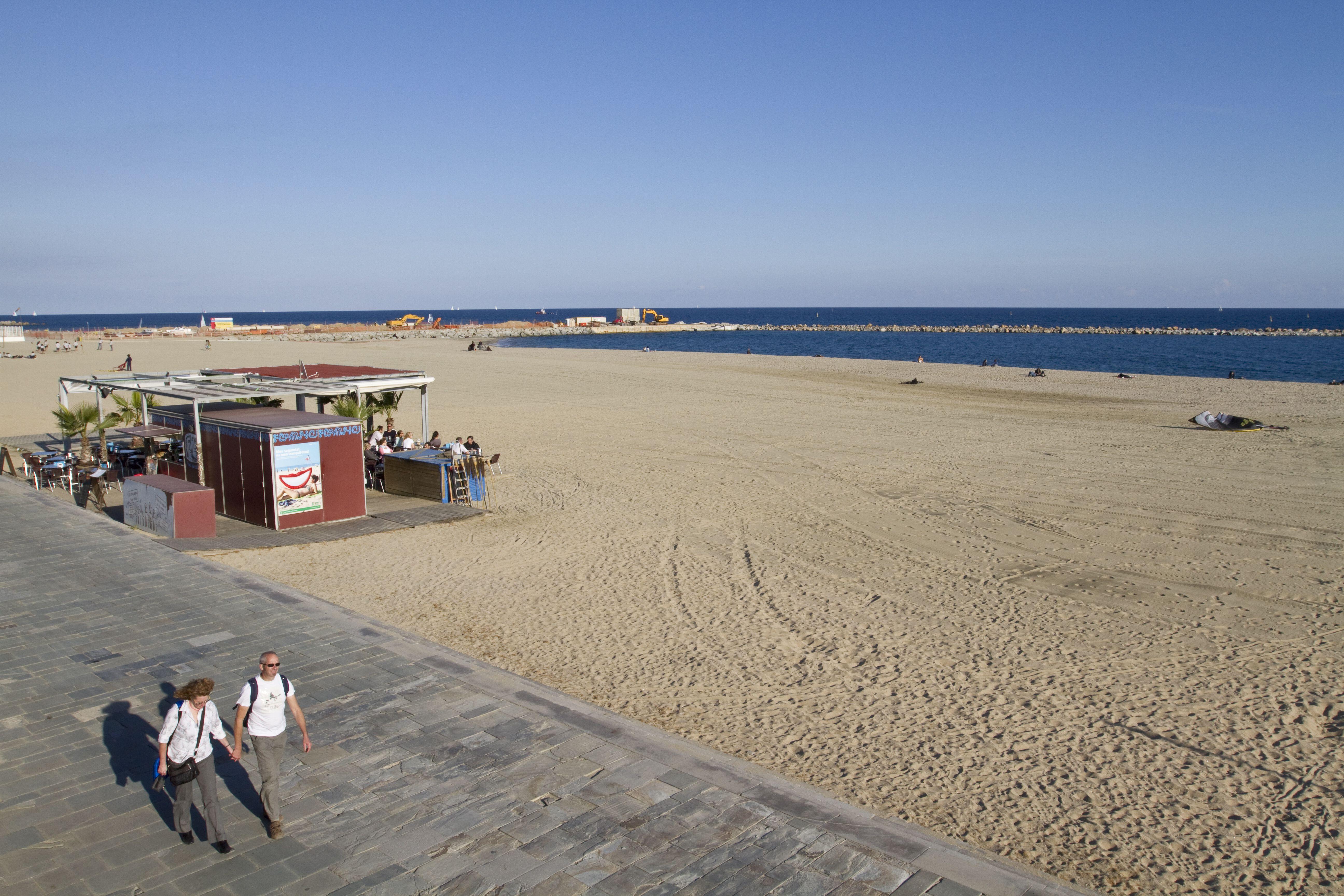 Paare, die auf Meer von Bogatell Strand in Spanien Fuß