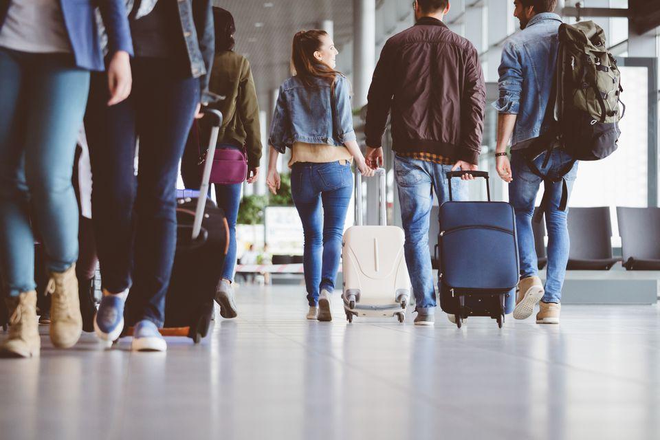 Pasajeros caminando en el corredor del aeropuerto