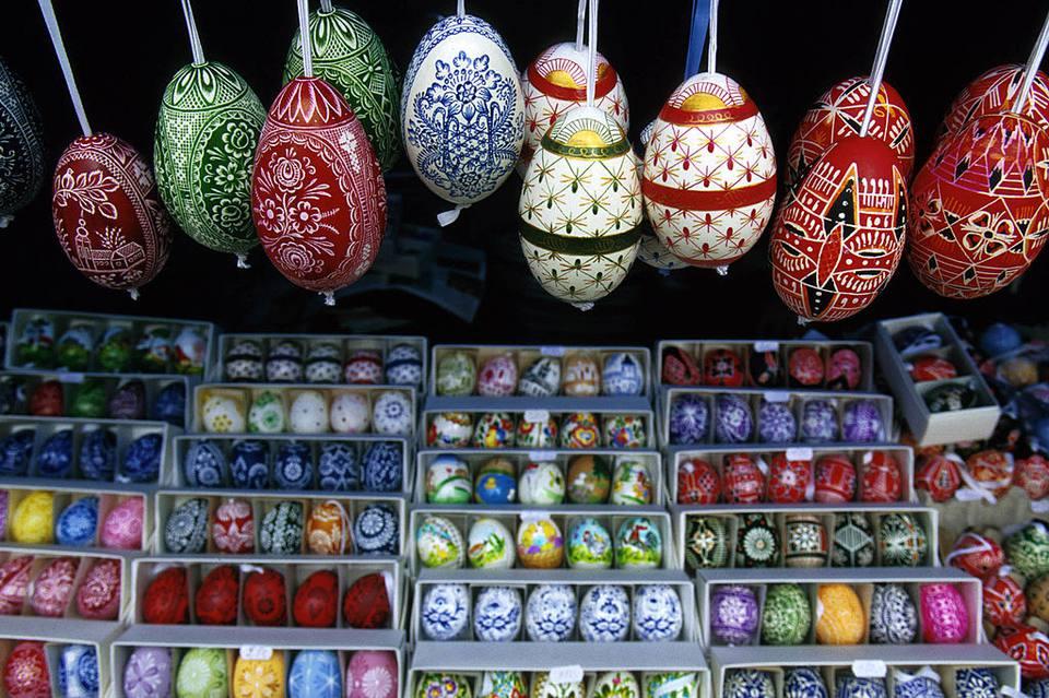 Huevos de Pascua pintados en un puesto al aire libre en el centro de Praga