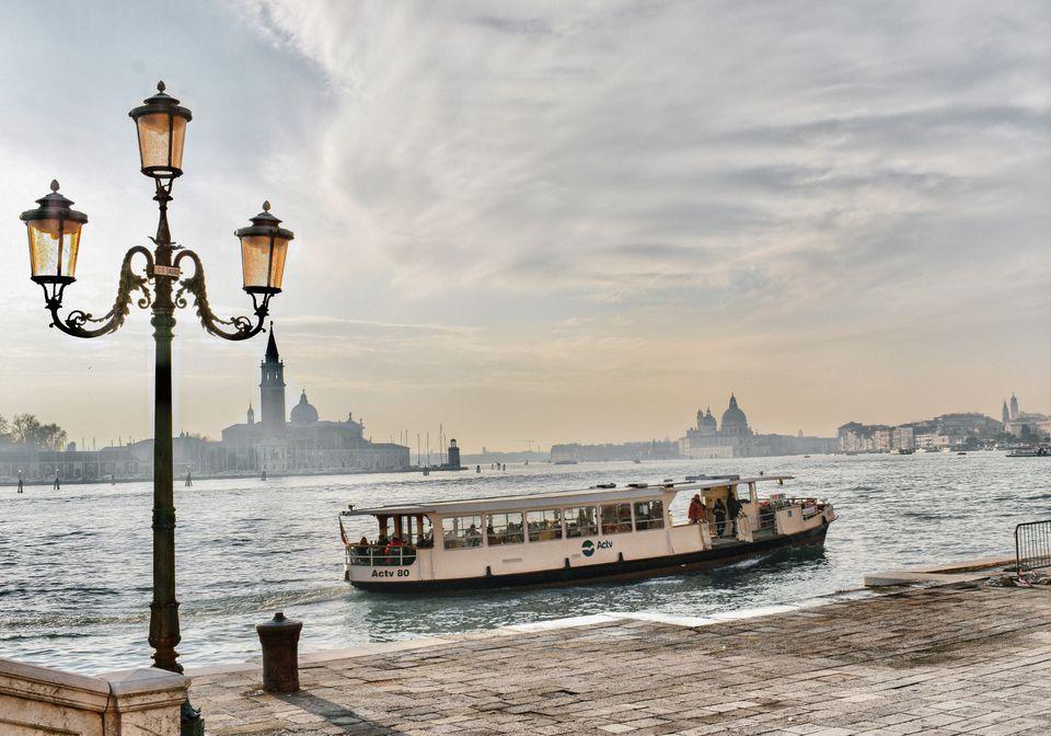 Vaporetto en barco pasando por Venecia