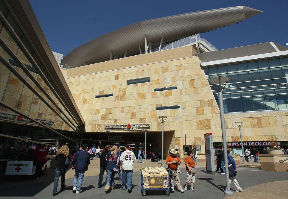 Los fanáticos ingresan al estadio antes del partido entre los Atléticos de Oakland y los Mellizos de Minnesota durante el Día de Inauguración el 8 de abril de 2011 en Target Field en Minneapolis, Minn