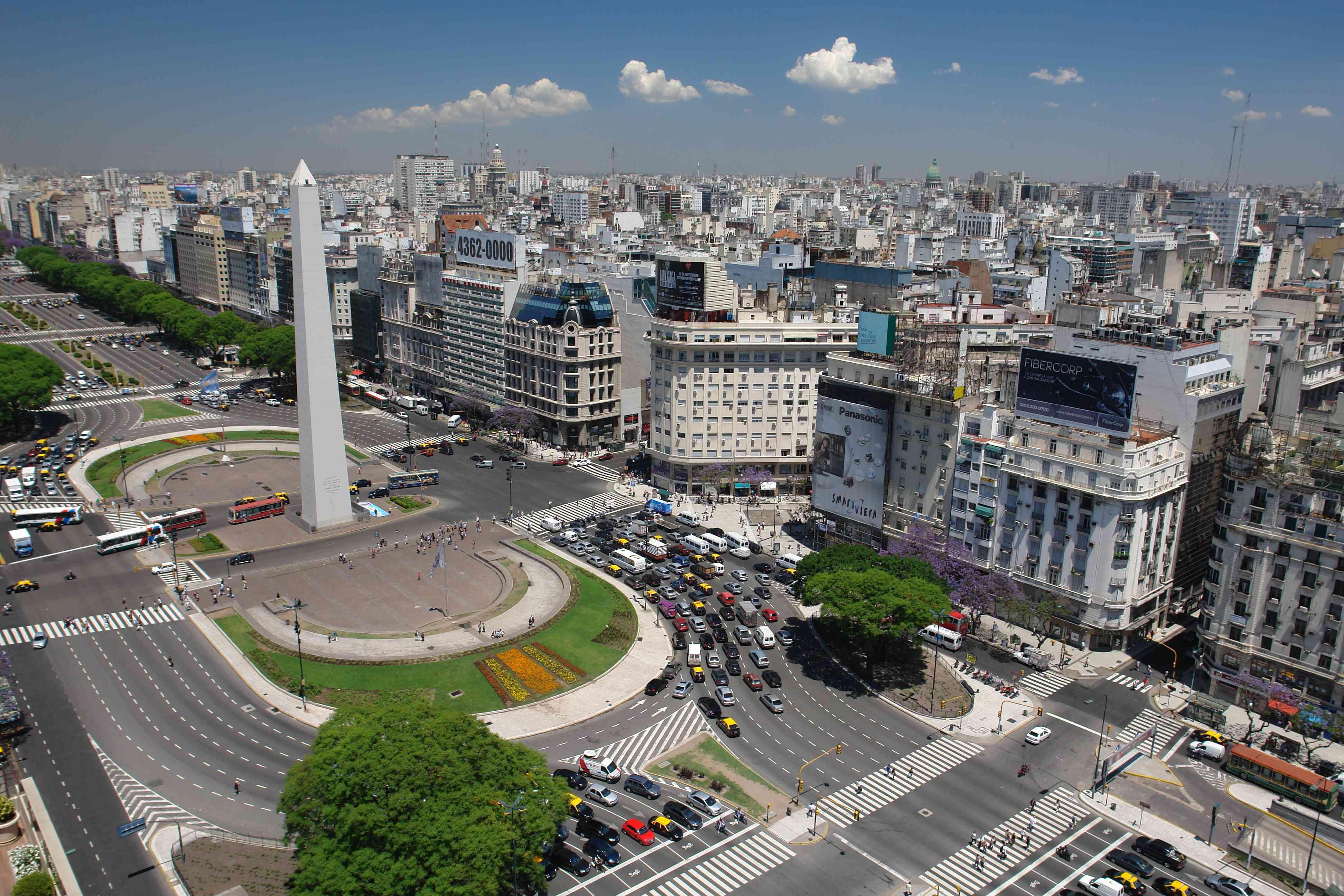 Vista de alto ángulo del obelisco de Buenos Aires por edificios en la ciudad