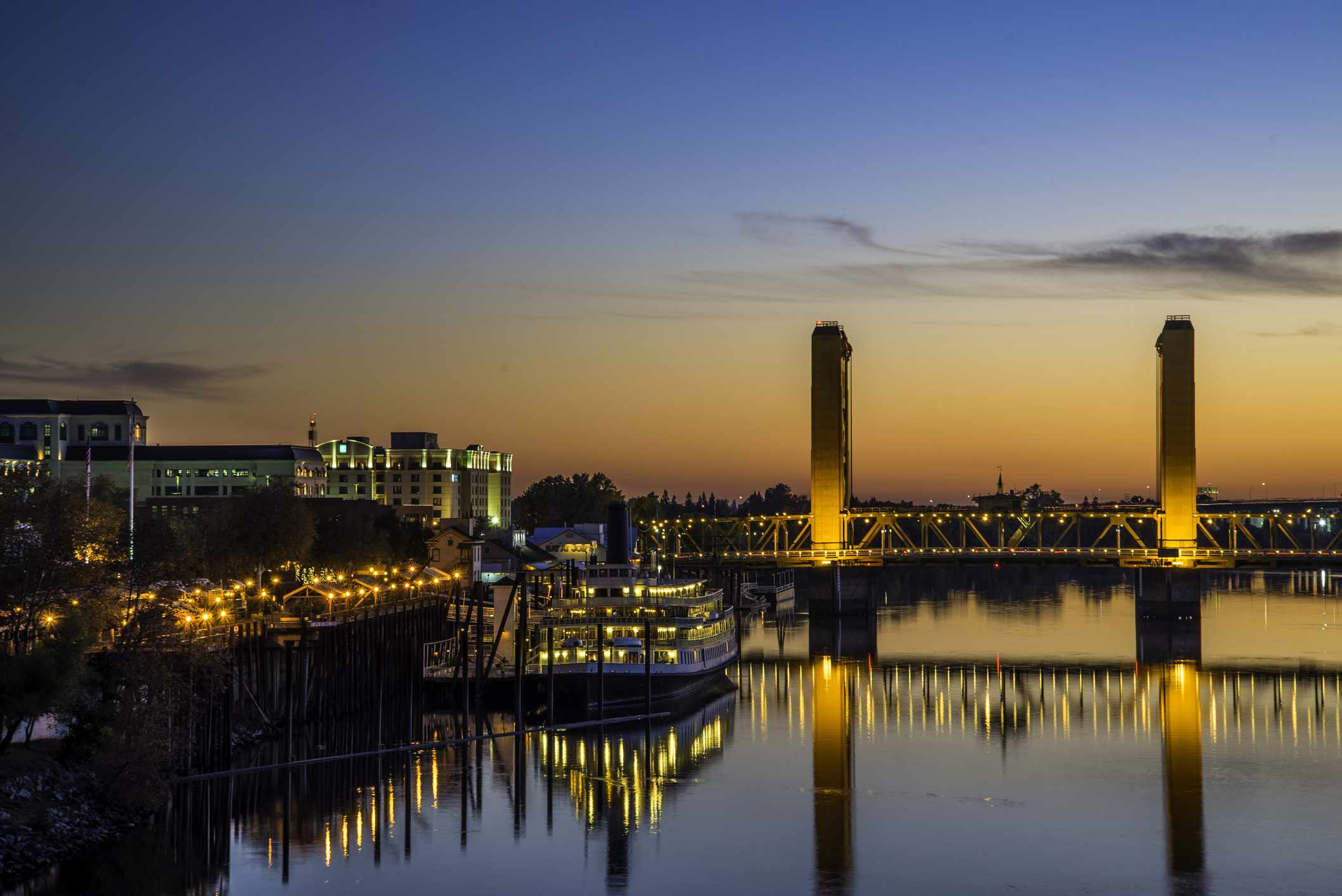 The waterfront and the Tower Bridge at the Sacramento River at sunset