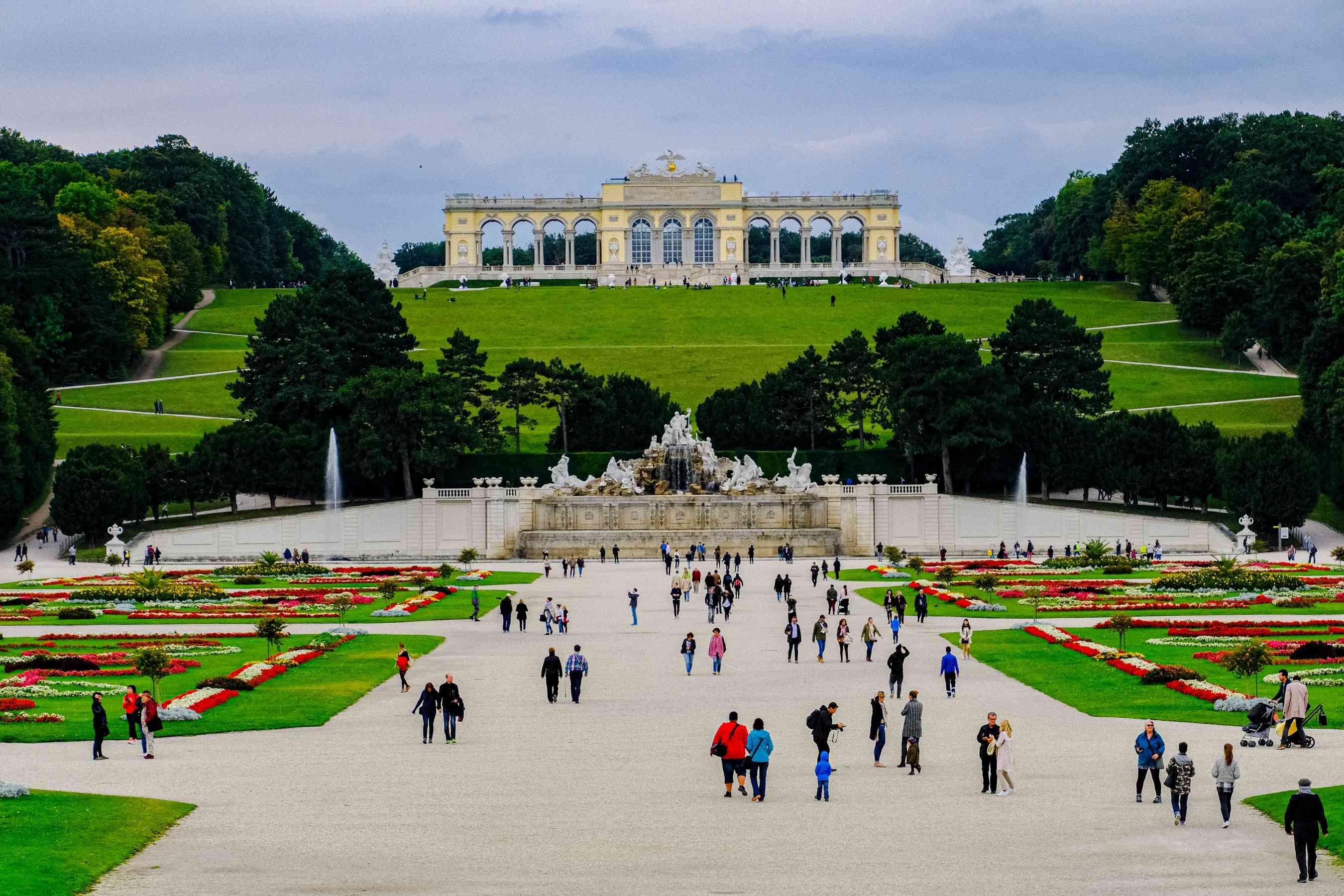Gente caminando por los jardines del Palacio de Schönbrunn