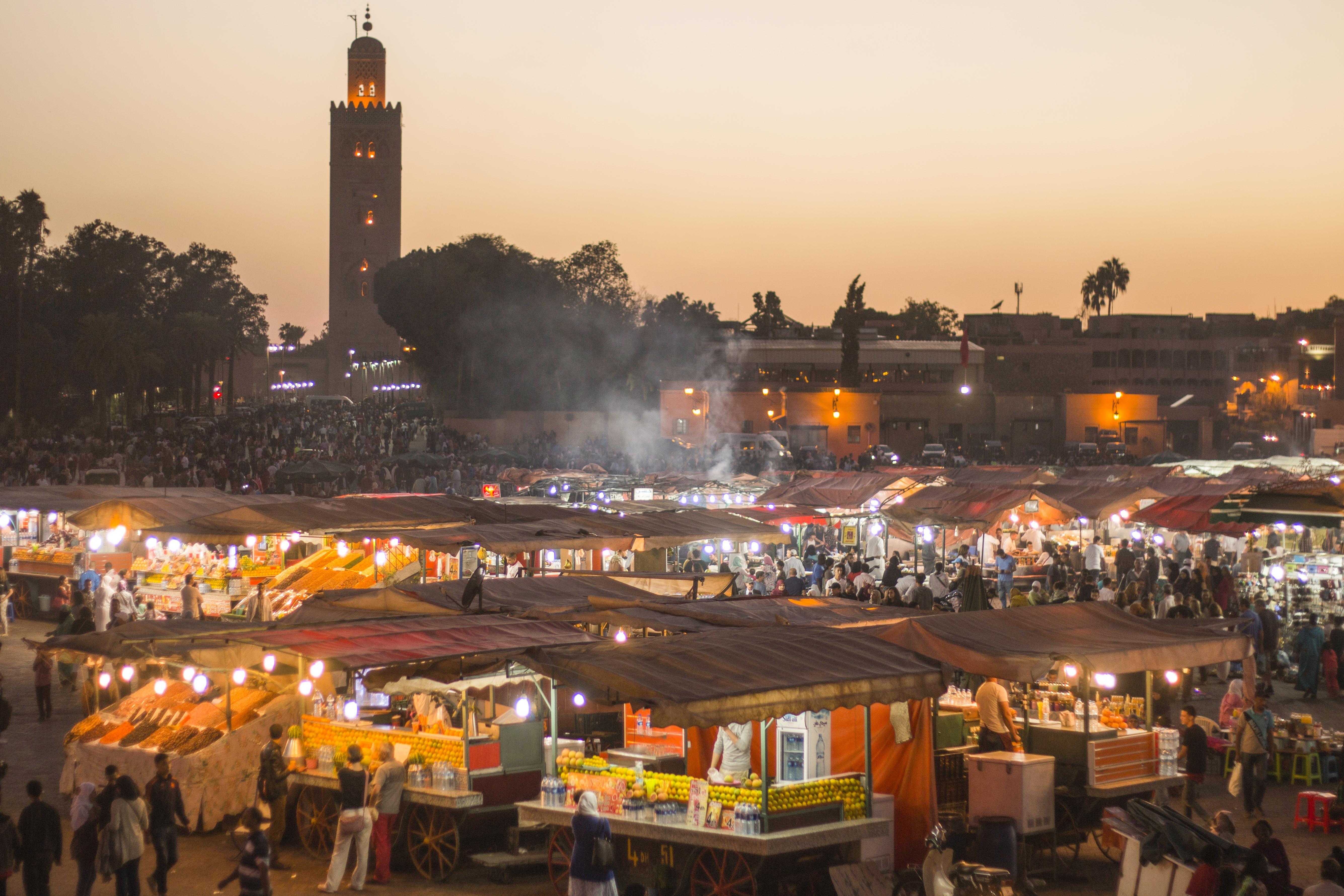 Amplia vista de todos los puestos en la plaza principal de Marrakech