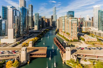 Chicago river with the city skyline