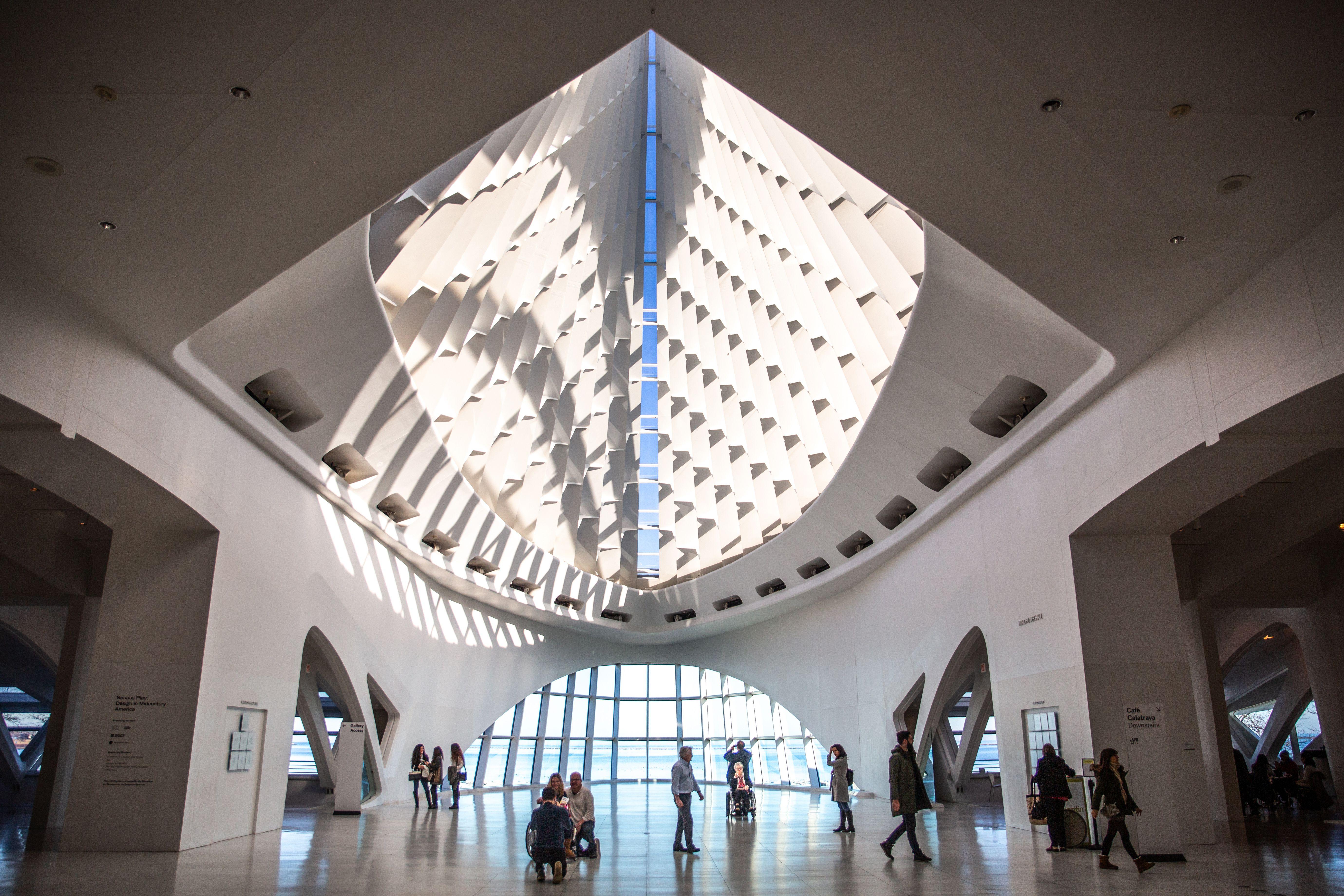 hall central en el Museo de Arte de Milwaukee con los clientes caminando
