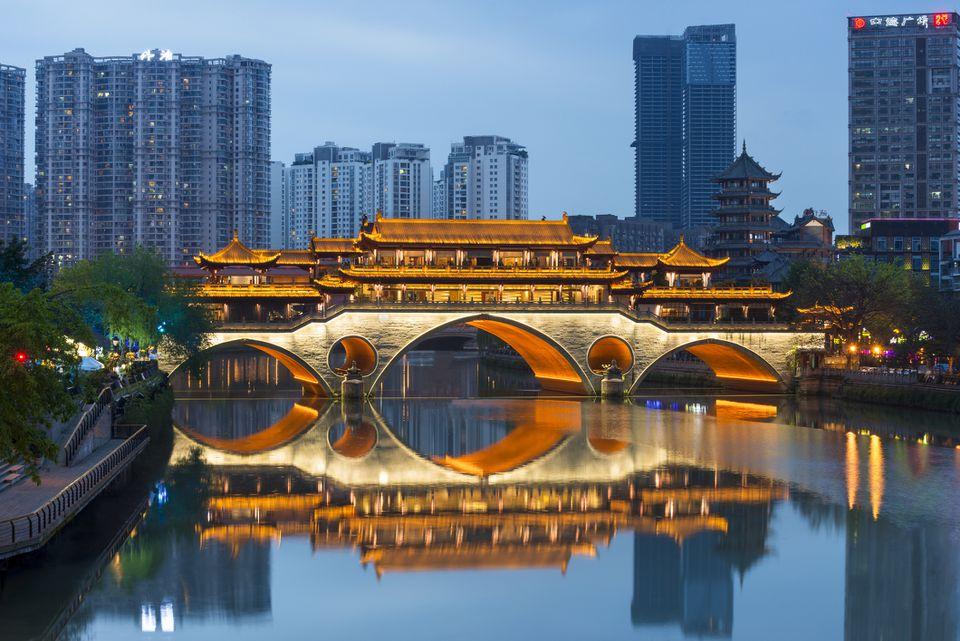 Paisaje urbano nocturno del puente Anshun en Chengdu