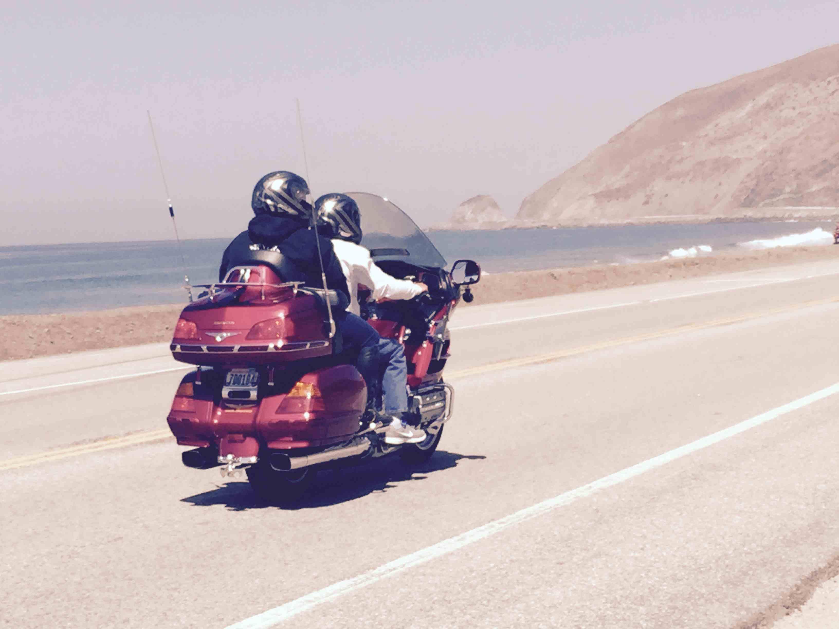 Una pareja navega por la autopista de la costa del Pacífico temprano en la mañana