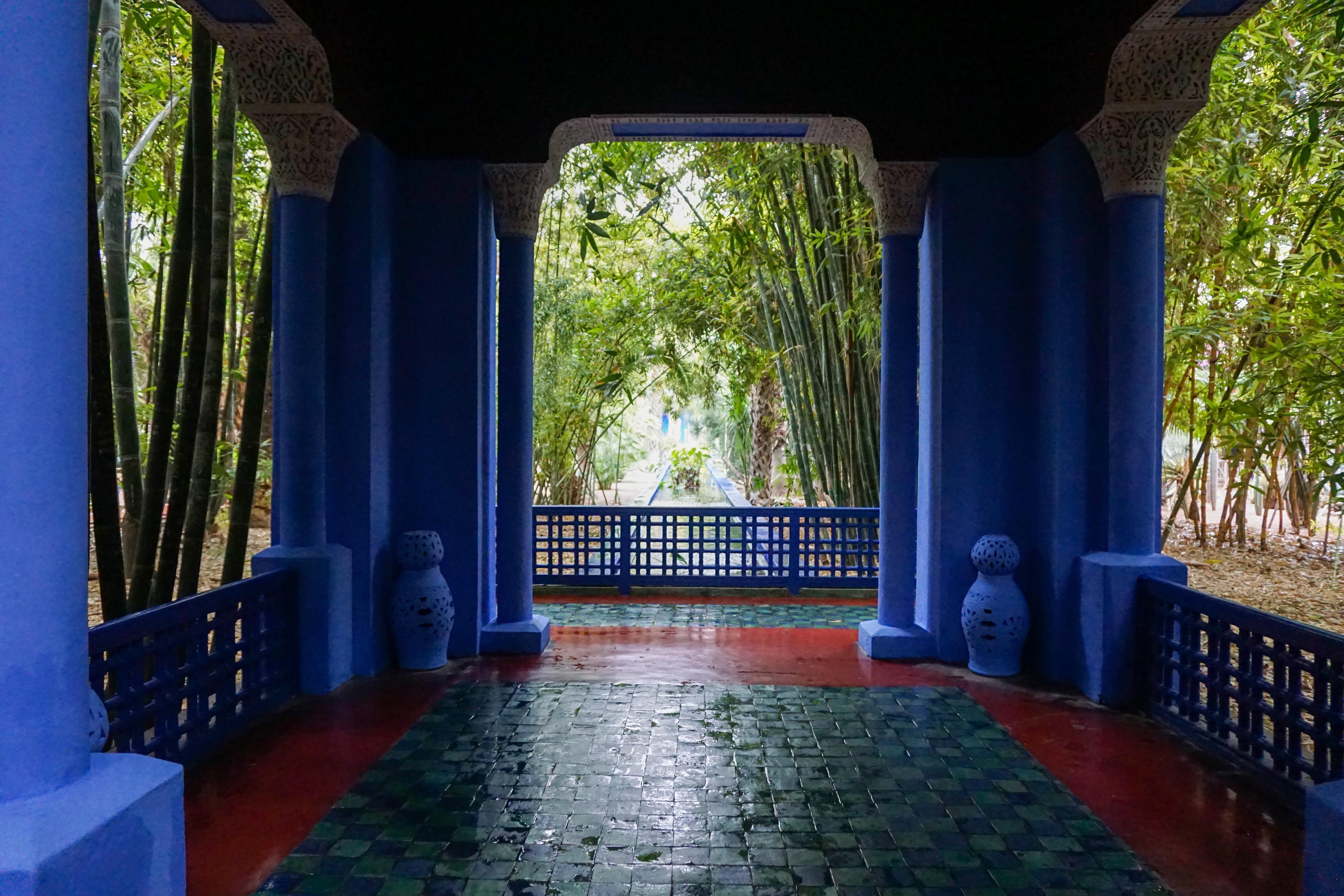 Edificio azul en los jardines