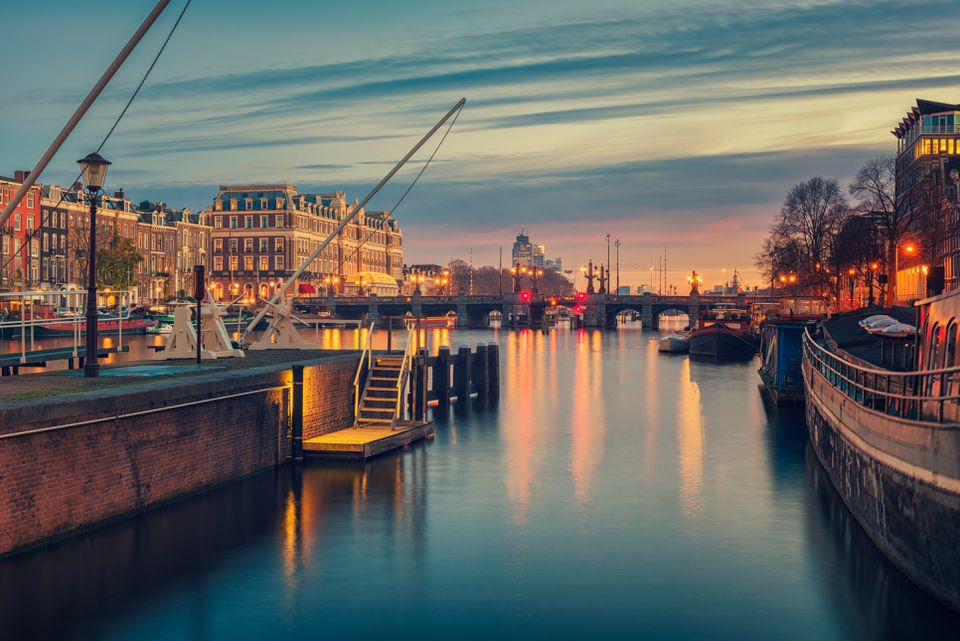 Río Amstel y alrededores en Amsterdam Países Bajos