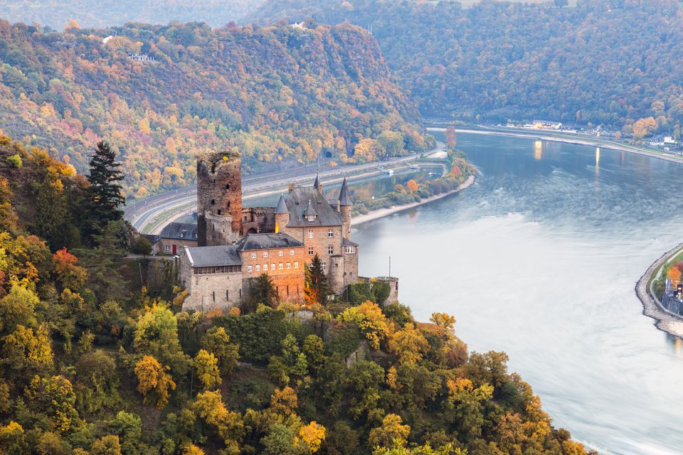 Rhineland-Palatinate, Sankt Goarhausen, Landscape with Burg Katz and Rhine river, Germany