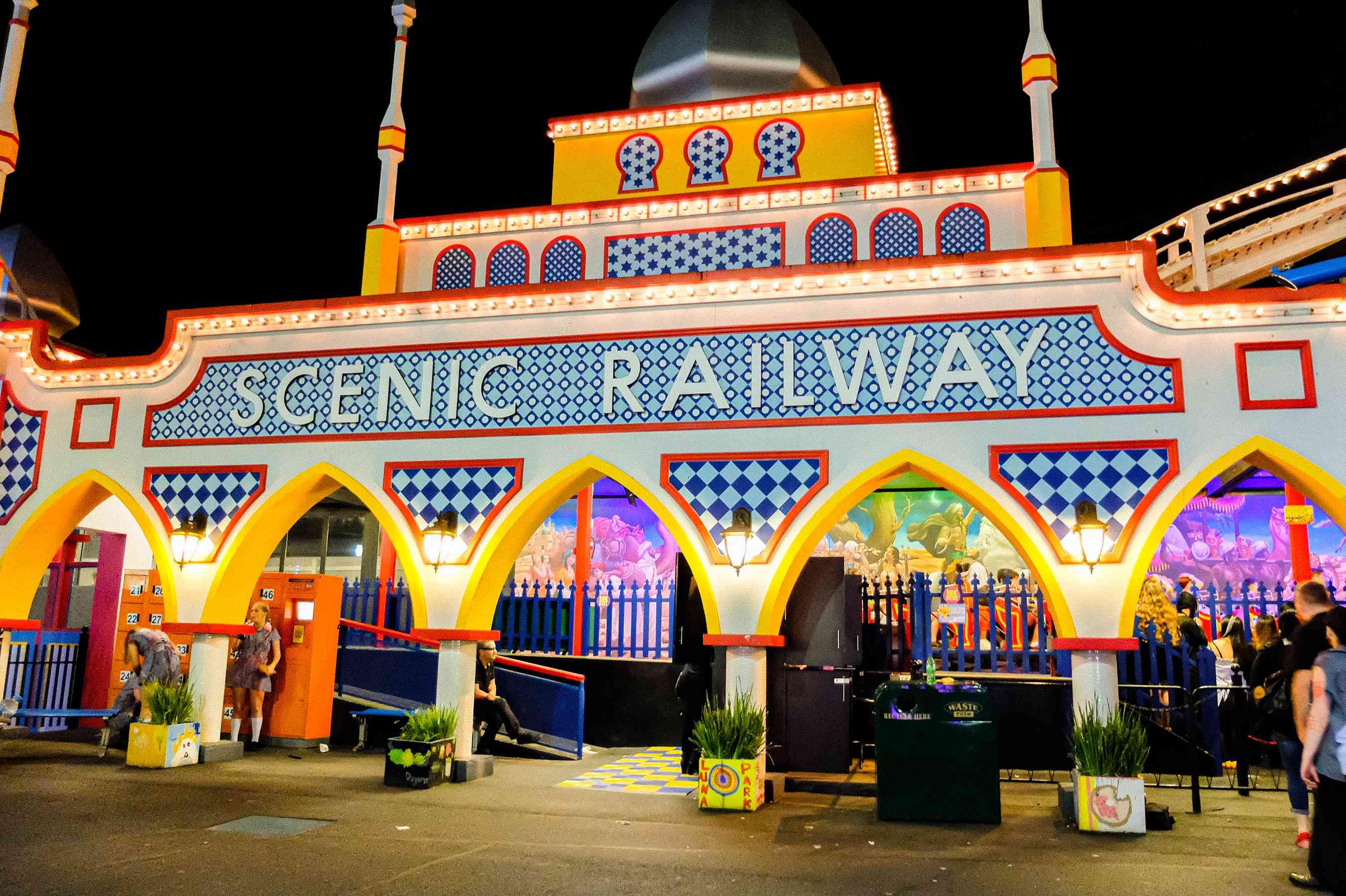 Luna park iluminado por la noche