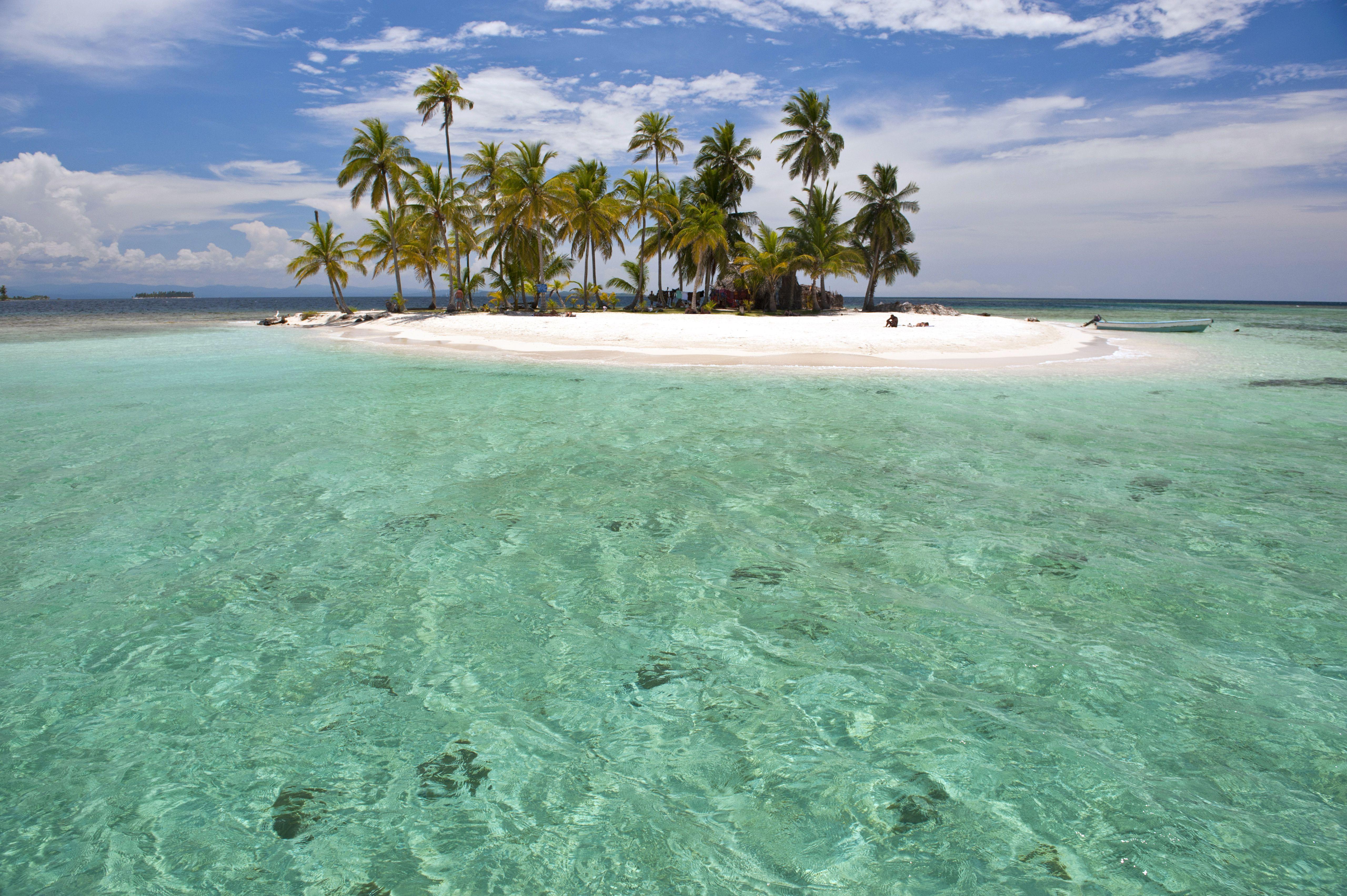 Panama, San Blas archipelago, Kuna Yala autonomous territory, Los Pelicanos island, one of 378 islands