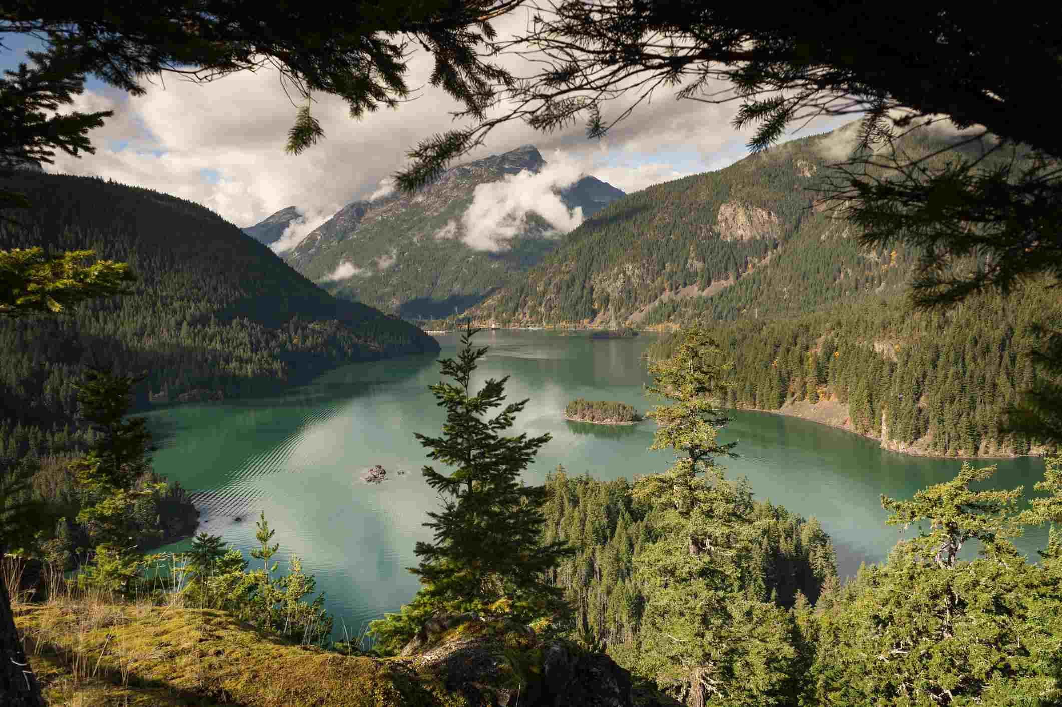 Ross Lake es un gran embalse en las montañas North Cascade del norte del estado de Washington