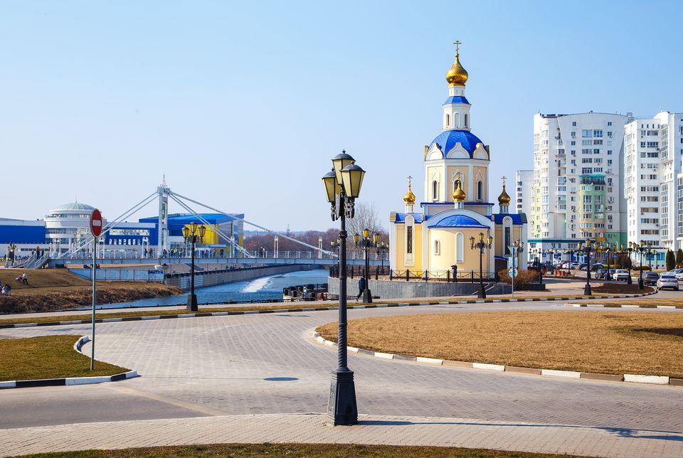 terraplén de la pequeña ciudad belgorod Rusia primavera