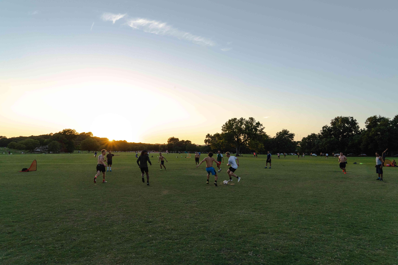 Gente jugando fútbol en el parque Zilker