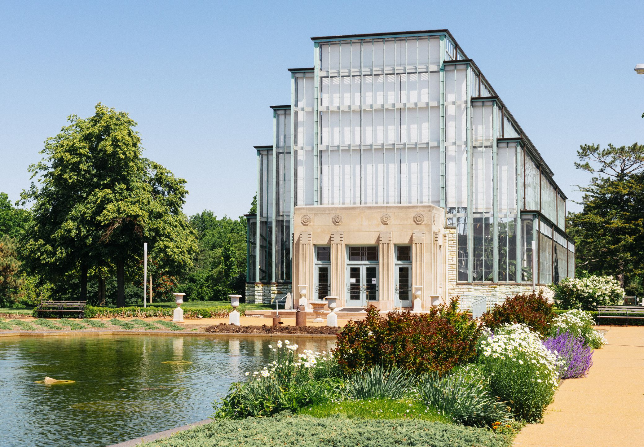 he landmark Art Deco building, the Jewel Box, is a horticultural greenhouse within Forest Park