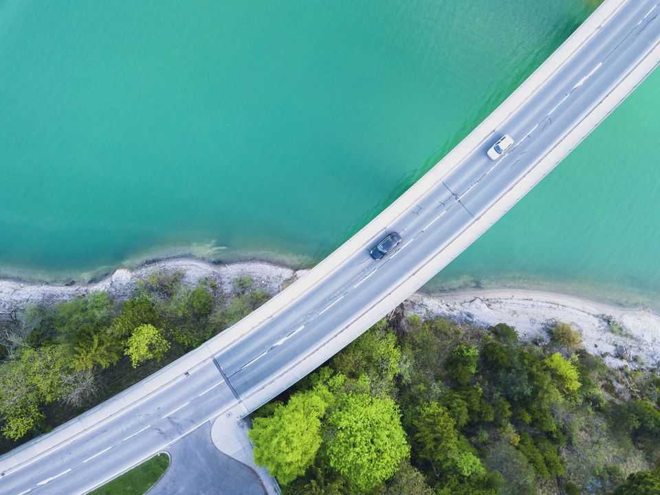 Vista aérea de automóviles que circulan sobre el lago Sylvenstein, Baviera, Alemania