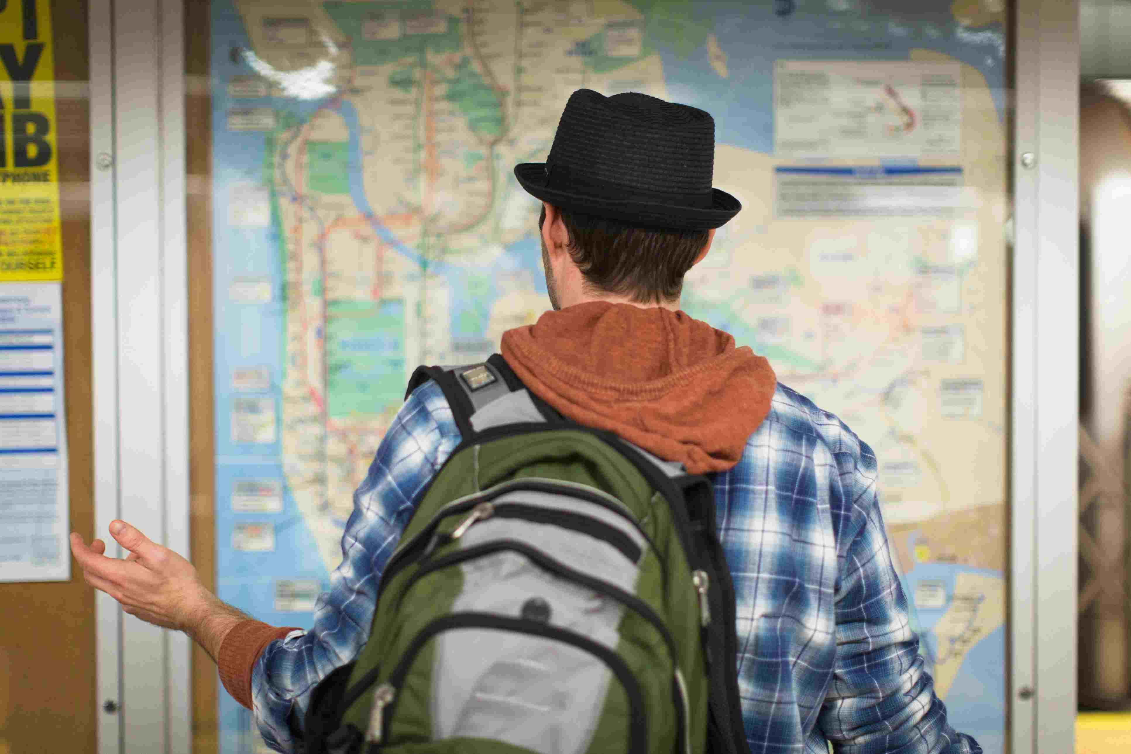 hombre mirando el mapa