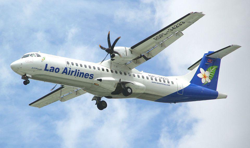 Un ATR 72-600 (RDPL-34233) de Lao Airlines aterrizando en el Aeropuerto Internacional Tan Son Nhat en Ciudad Ho Chi Minh. Este avión se estrelló como el vuelo 301 de Lao Airlines un mes después.