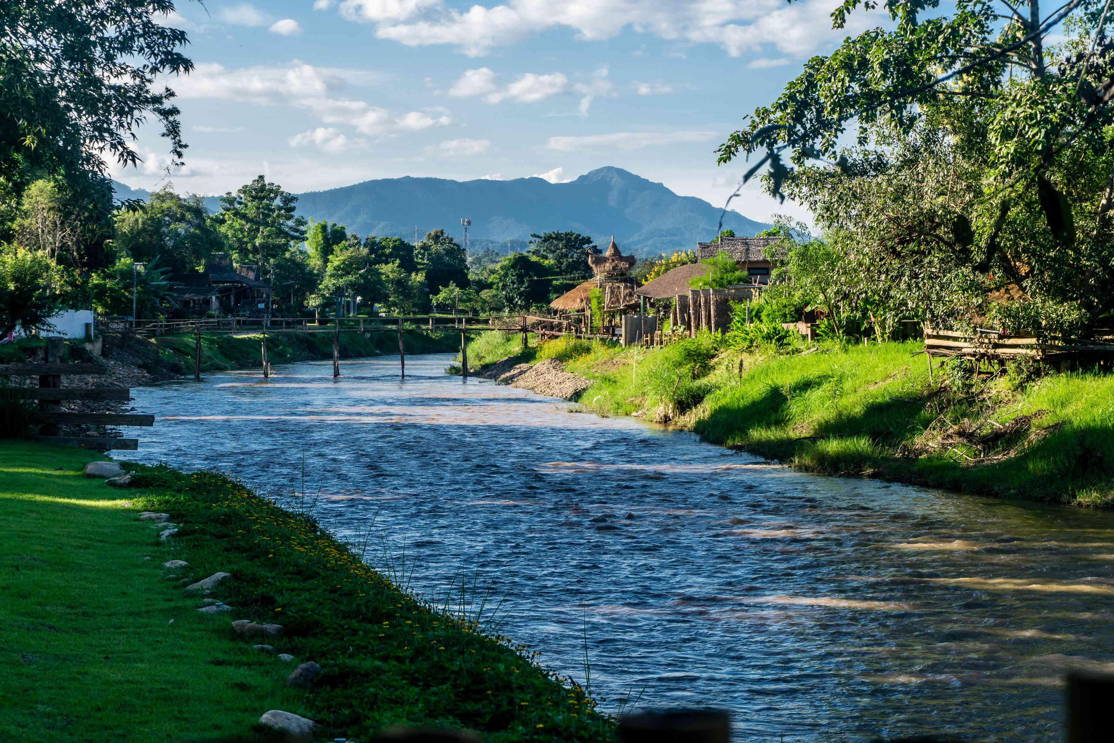 Río y puente en Pai, Tailandia