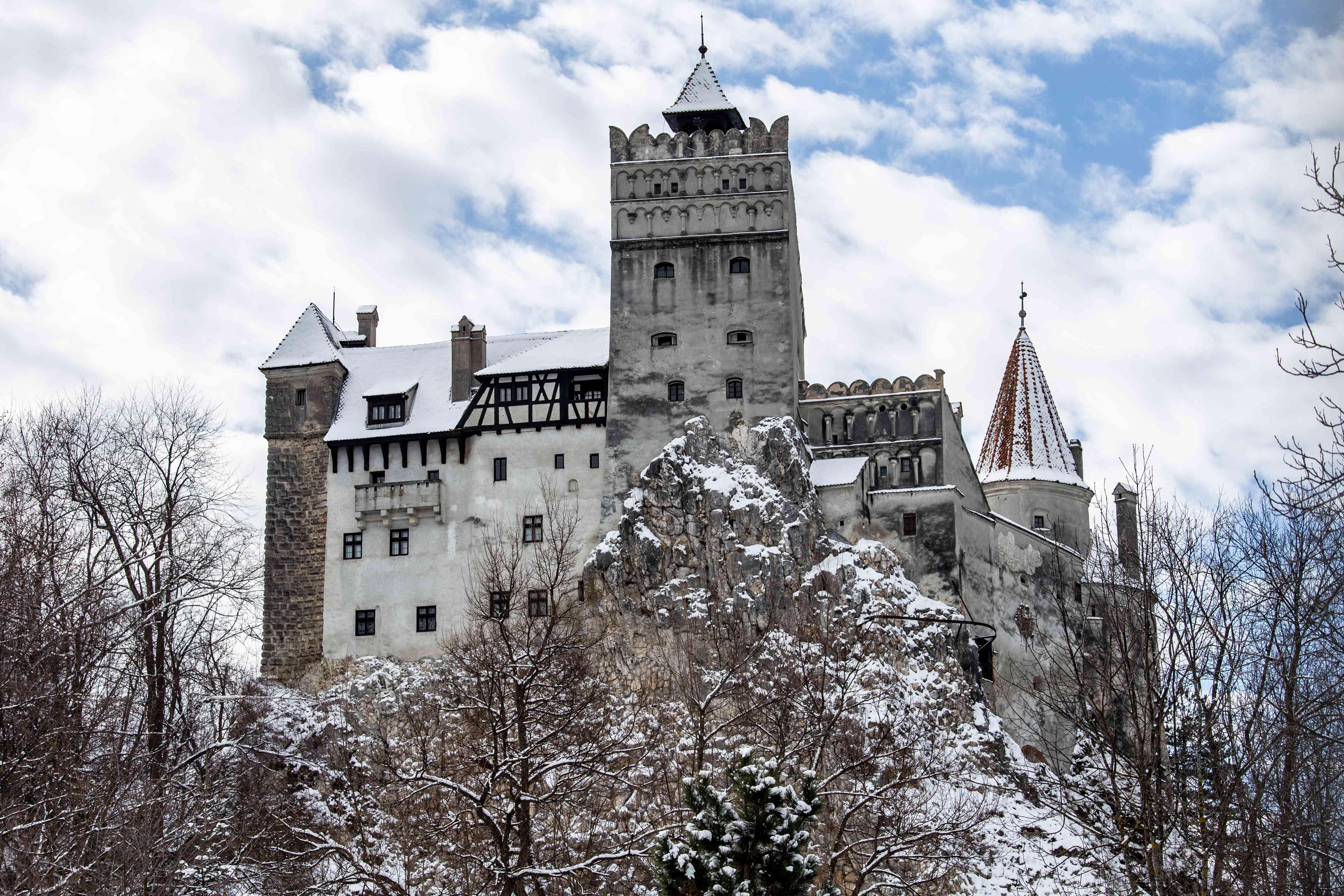 Mirando hacia el castillo de salvado cubierto de nieve