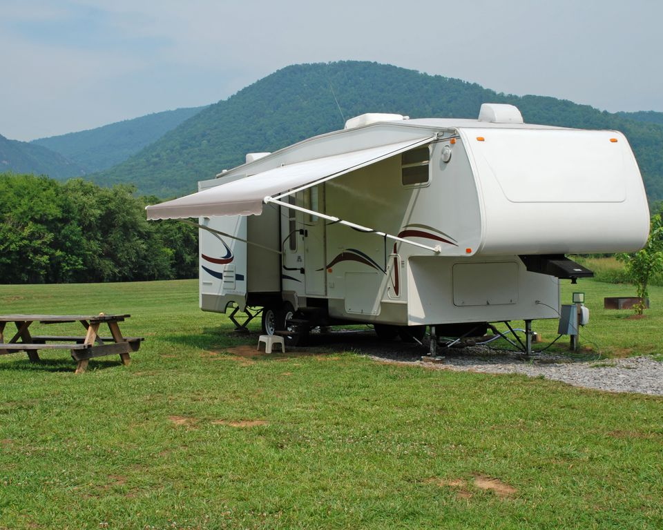 5th wheel RV leveled on uneven ground with trailer jacks