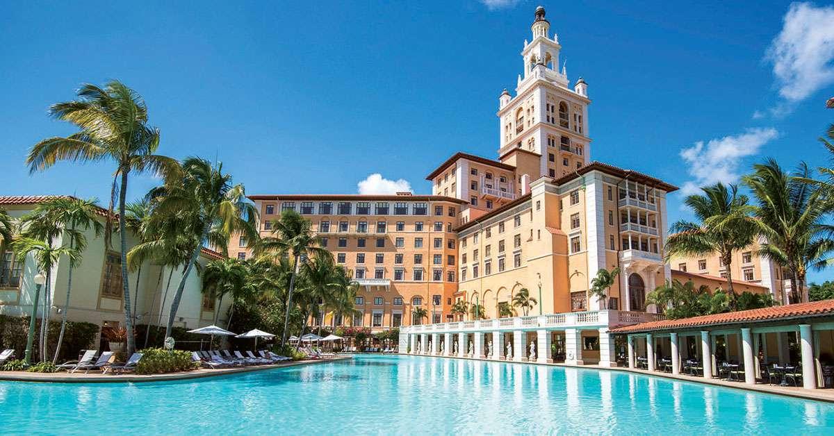 el Biltmore Hotel Miami tomado de la piscina