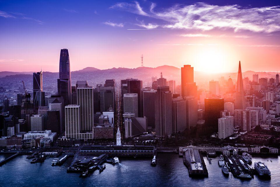 Vista aérea del centro de San Francisco al atardecer, California
