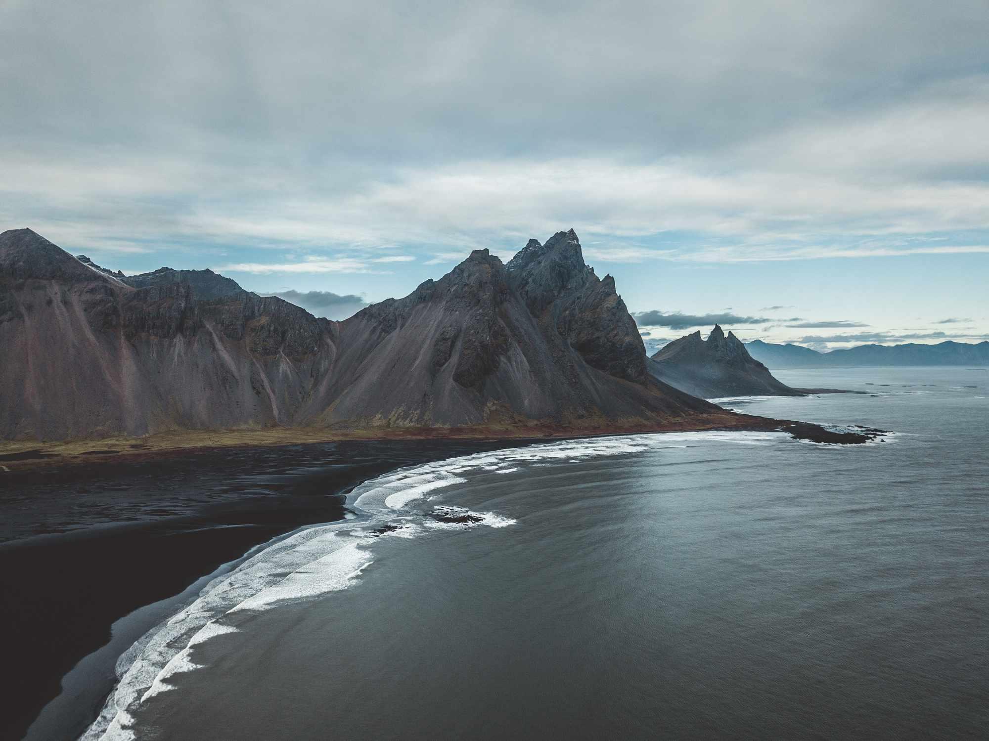 Arena negra en la playa de Stokksnes en Islandia