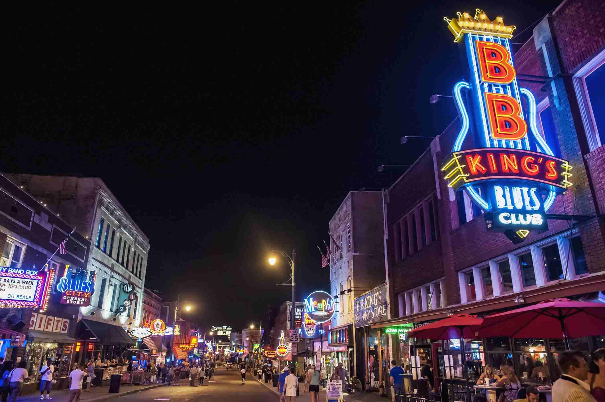 Beale Street en la noche en Memphis, Tennessee