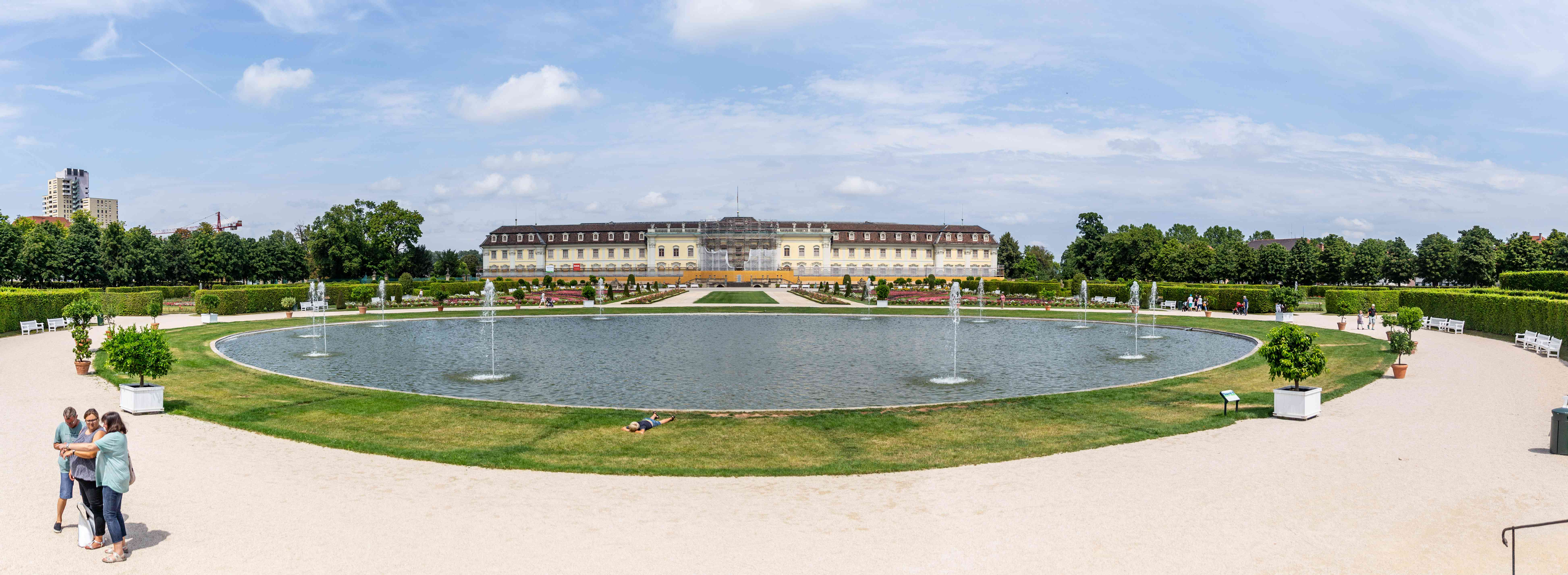 Wide shot of Ludwigsberg Palace with the fountain in the front