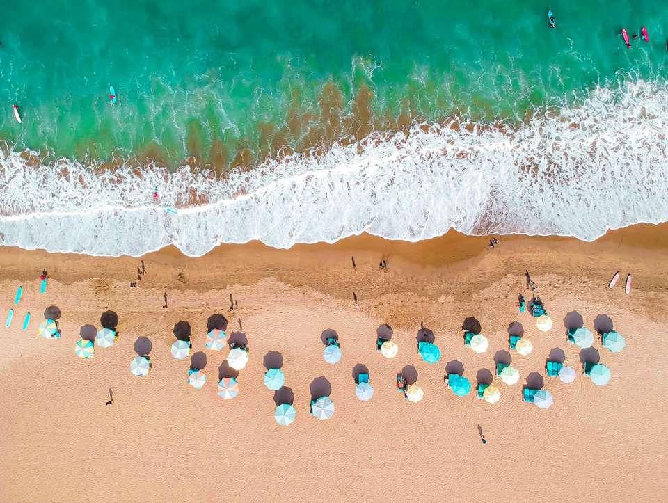 Vista aérea de las personas en la playa