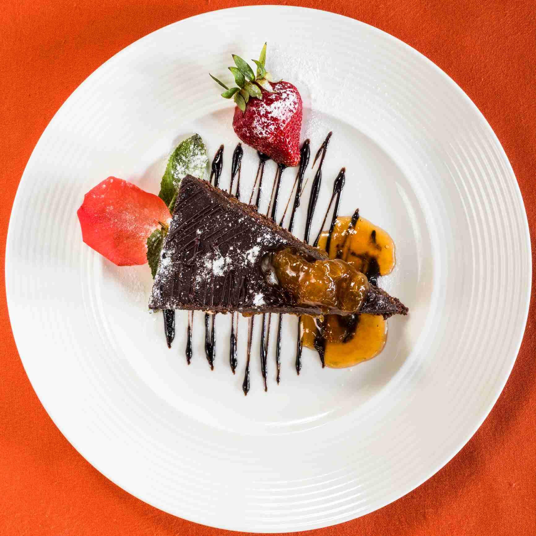 Sacher Torte vestida con fresas, salsa de chocolate y mermelada de albaricoque, en el Hotel Sacher en Viena, Austria