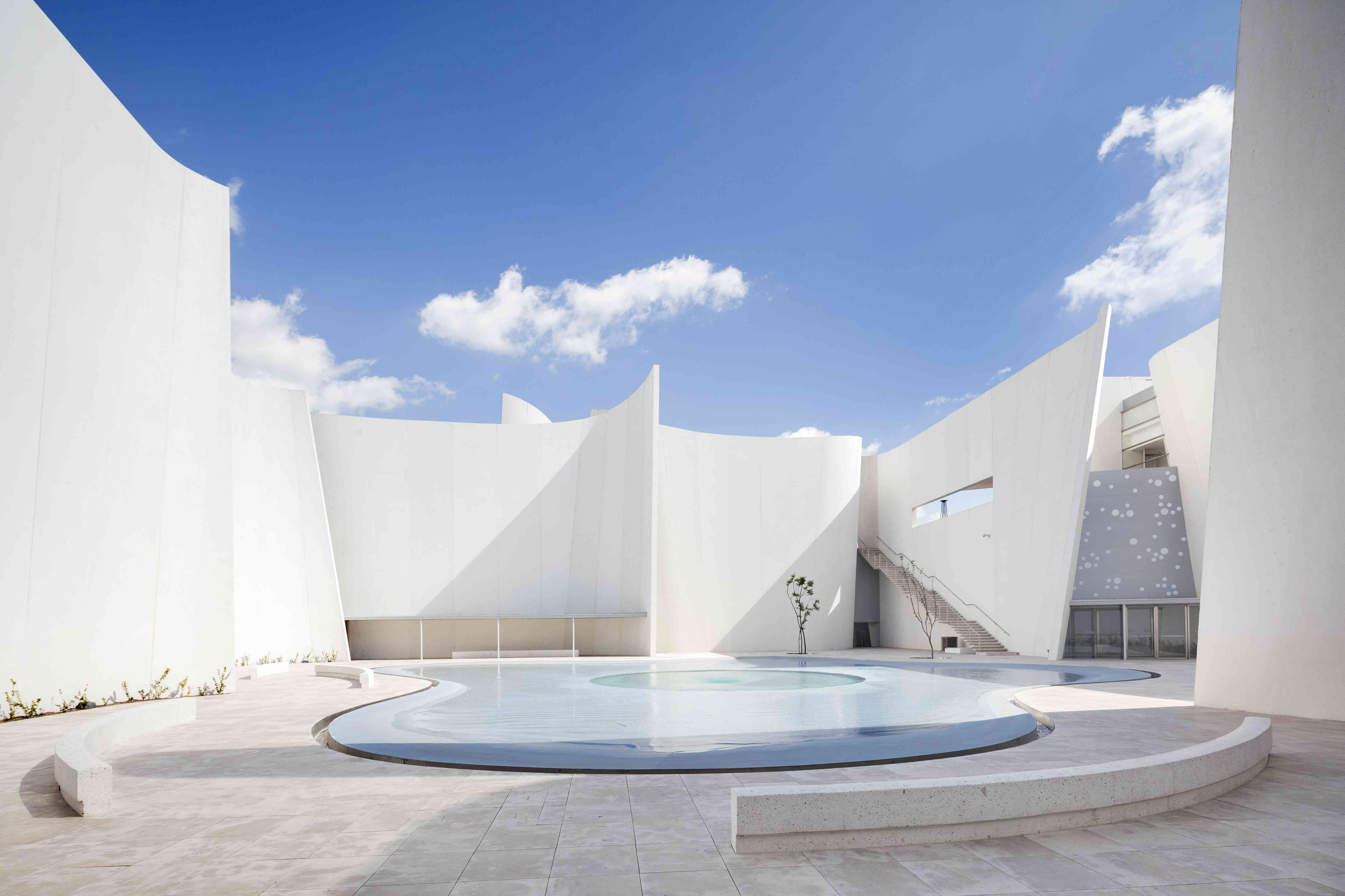 Courtyard of the International Museum of the Baroque in Puebla, Mexico with tall white curving walls