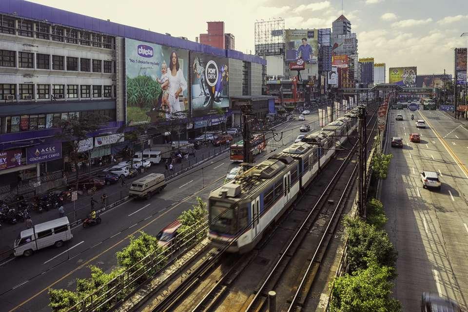 MRT viajando por EDSA, Manila, Filipinas