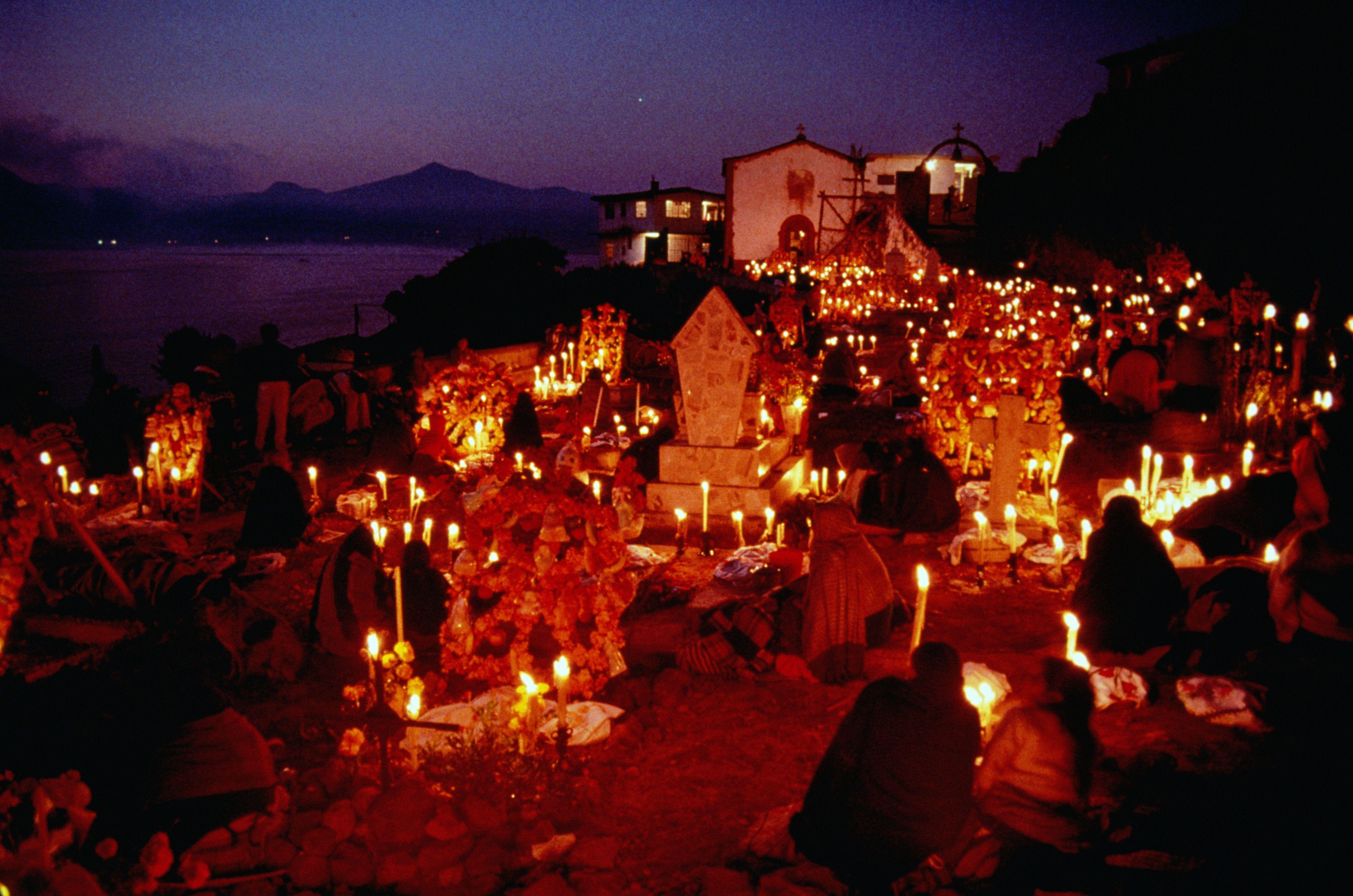 Las velas iluminan las vigilias nocturnas llevadas a cabo durante el Día de Muertos, Isla Janitzio, México