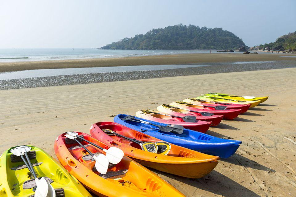 Kayaks en la playa en Goa, Konkan, India