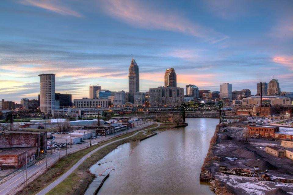 Horizonte del centro de Cleveland, Ohio al atardecer.