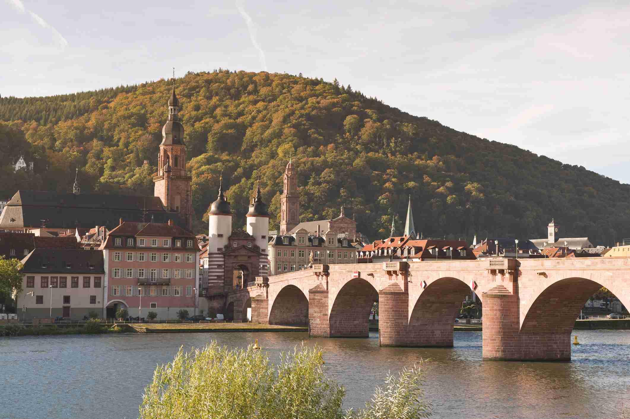El Alte Brucke (Puente viejo) en el casco antiguo, Heidelberg, Baden-Wurttemberg, Alemania, Europa