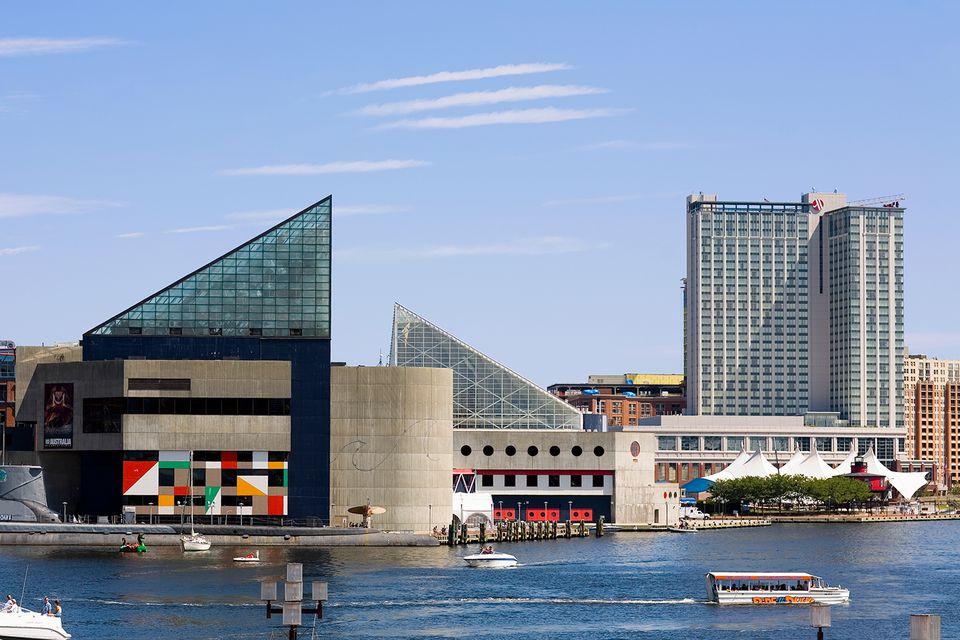 Edificios en la costa, acuario nacional, puerto interior, Baltimore, Maryland, EE. UU.