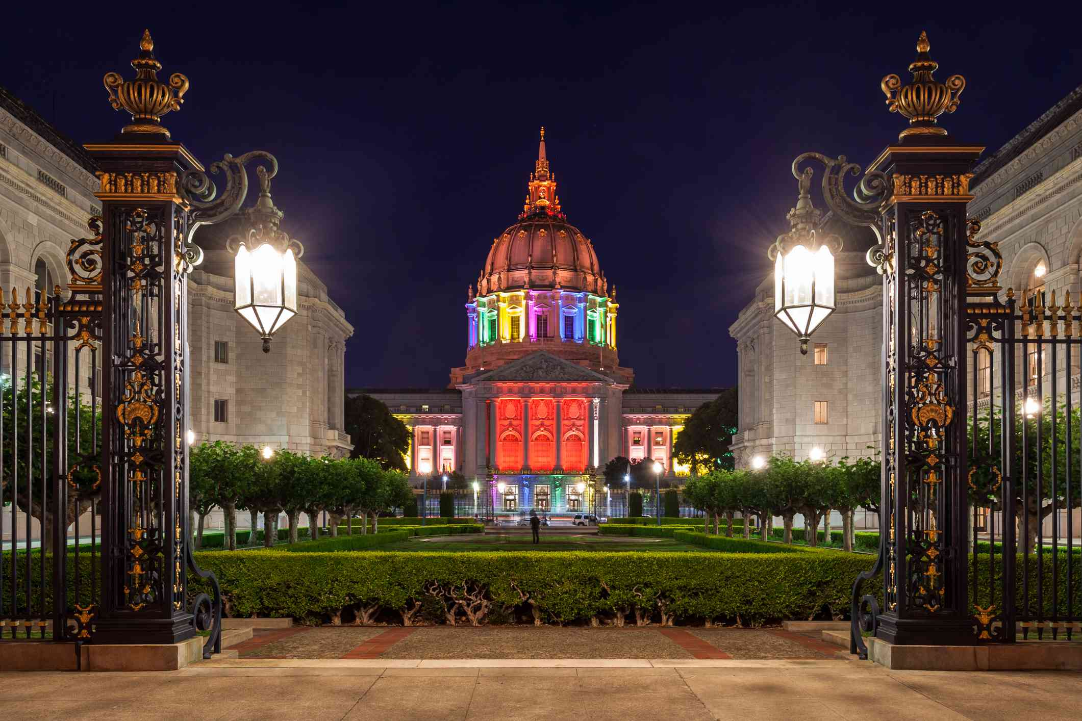 Ayuntamiento de San Francisco iluminado en colores del arco iris en la noche - foto de stock