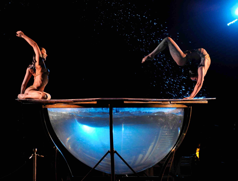 Acróbatas del espectáculo del Cirque du Soleil 'Zumanity' actuará durante la celebración del quinto aniversario del espectáculo 'The Beatles LOVE by Cirque du Soleil' después de la fiesta en The Mirage Hotel & Casino en Las Vegas, Nevada