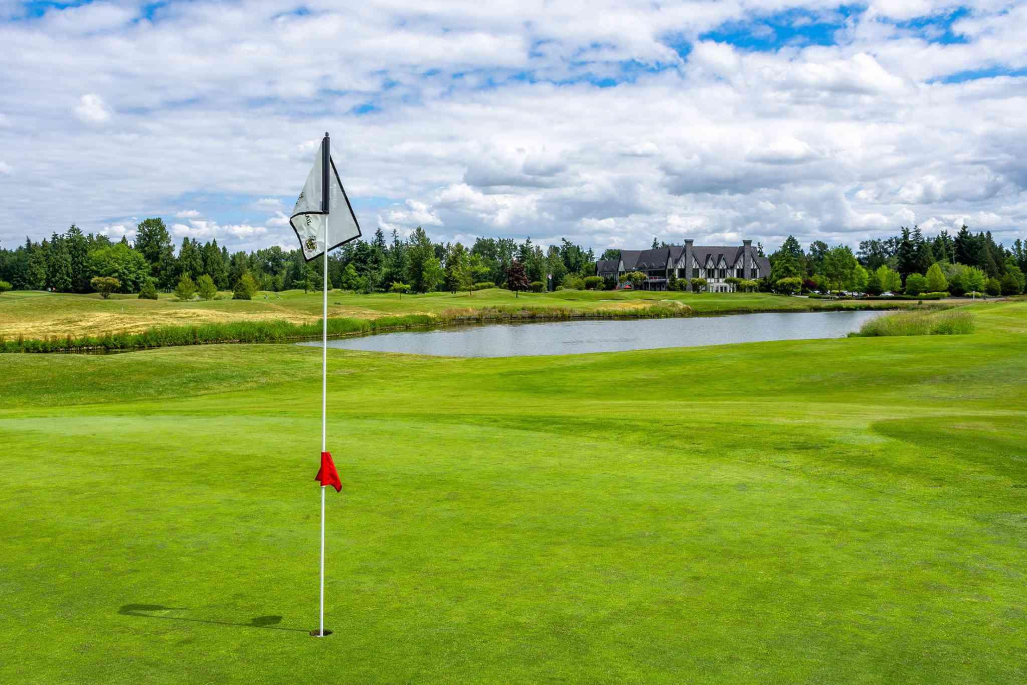 Bandera en el hoyo de golf en Loomis Trail