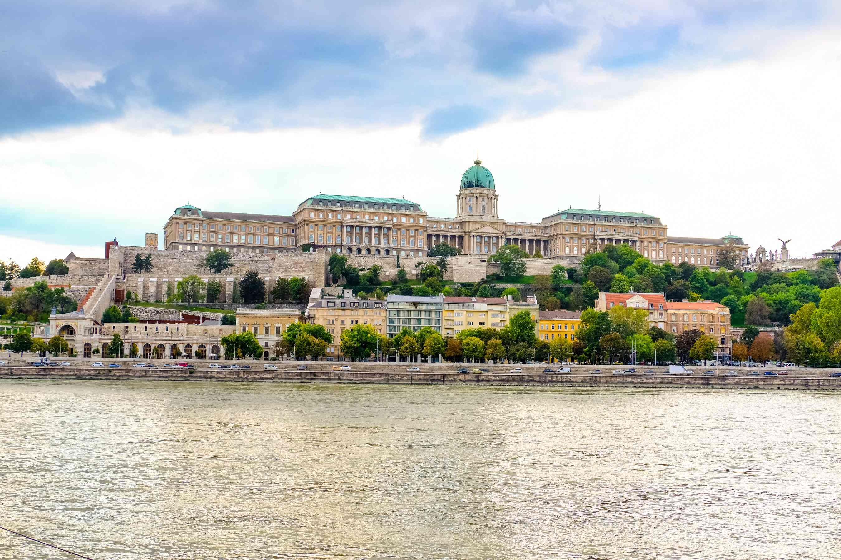 Vista del paisaje urbano de Budapest desde el río Danubio