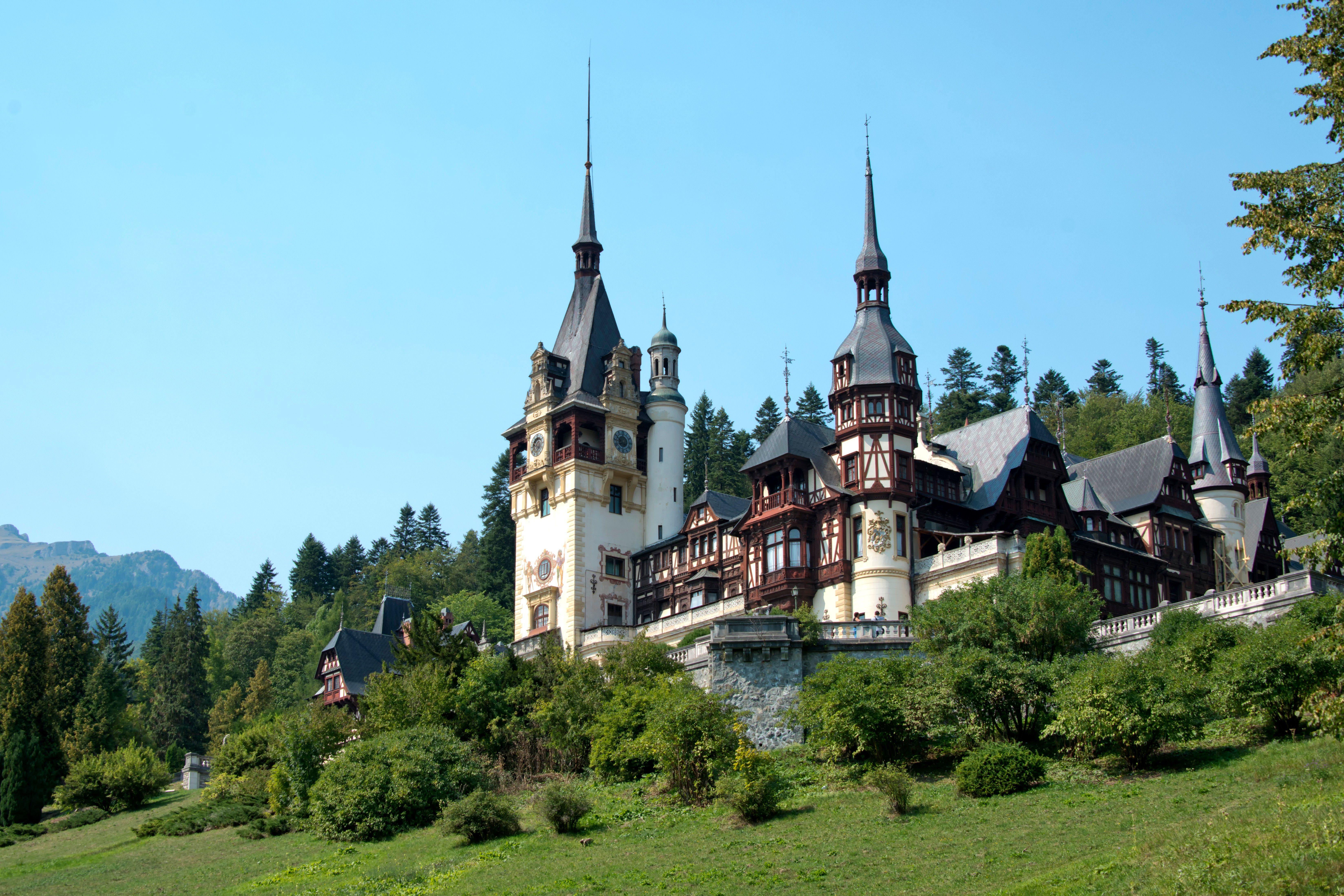 Castillo de Peles, el castillo neorrenacentista en las montañas de los Cárpatos cerca de Sinaia, en una ruta medieval que une Transilvania y Valaquia