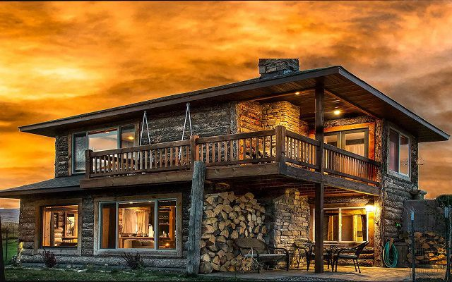 Livingston Cabin With Hot Tub and Fireplace