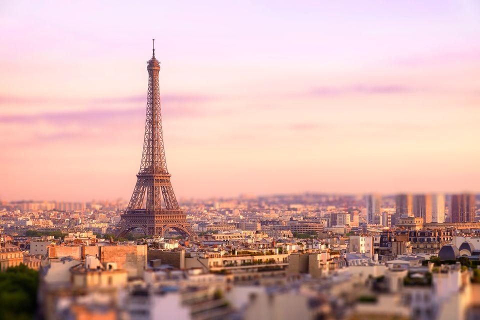 Puesta de sol sobre la torre Eiffel en París